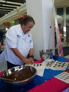 19 Sep - Celebrity Moment - Decorating cupcakes by NqTac Hotel School CHEF